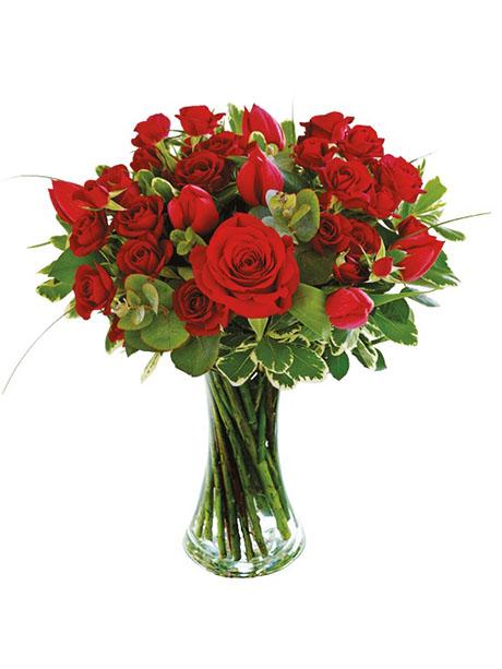 Μπουκέτο με μικρά και μεγάλα κόκκινα τριαντάφυλλα και διάφορες πρασινάδες. Δεν διατίθεται με βάζο. - €45.00